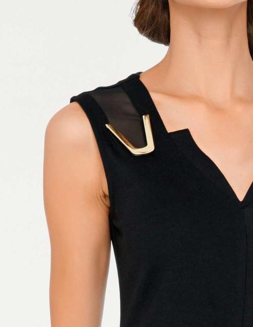 4799d417b5af Čierne púzdrové šaty so zlatými šperkami - Violettemoda.sk