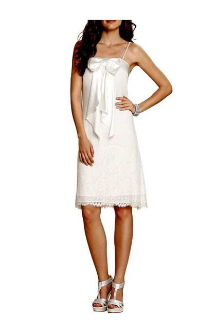 e38626c17905 Krátke biele šaty s čipkou APART - Violettemoda.sk