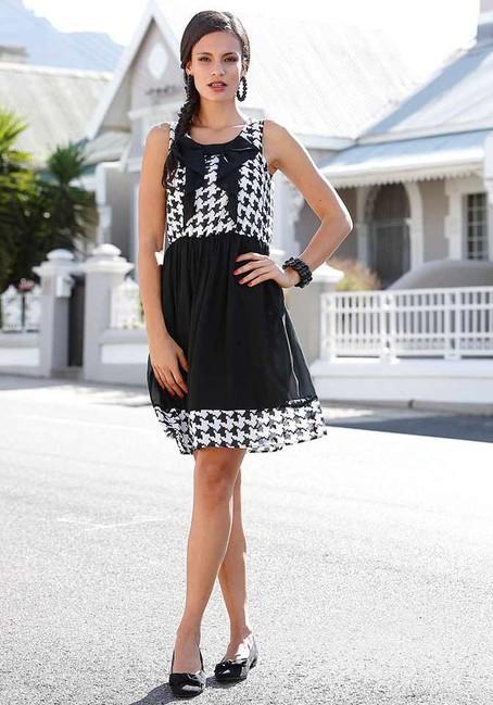 de624e4d50d5 Šifónové čierno-biele šaty s pepítovým vzorom - Violettemoda.sk