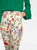 Nohavice plné kvetov Rick Cardona