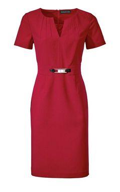 Červené púzdrové šaty s ozdobnou sponou