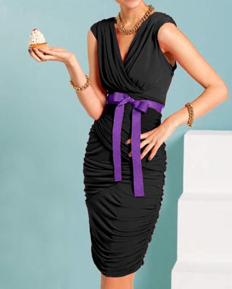 Čierne šaty APART s fialovou stuhou